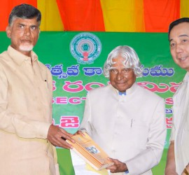 Former President of India, Dr APJ Abdul Kalam; Andhra Pradesh Chief Minister Mr N Chandrababu Naidu, and ICRISAT Director General Dr William Dar, launching the Strategy Paper for 'Mission on Primary Sector'.