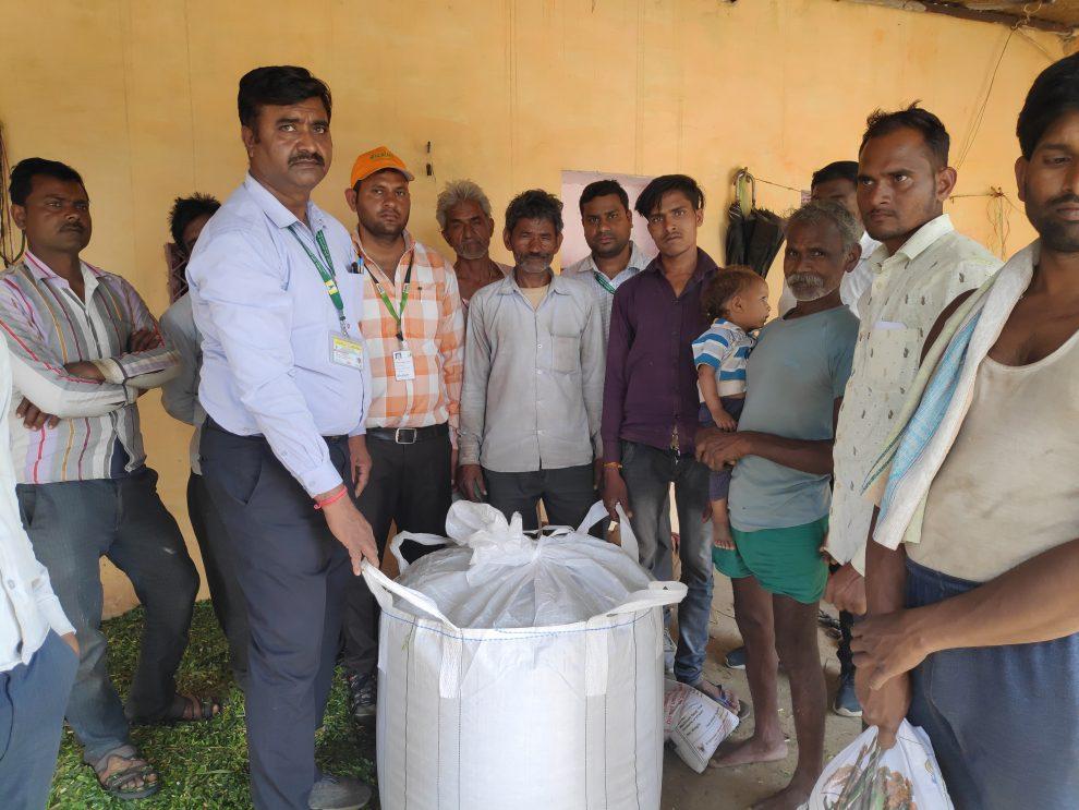 Scientists of ICAR-IGFRI, Jhansi demonstrate silage production to the farmers ©ICAR-IGFRI