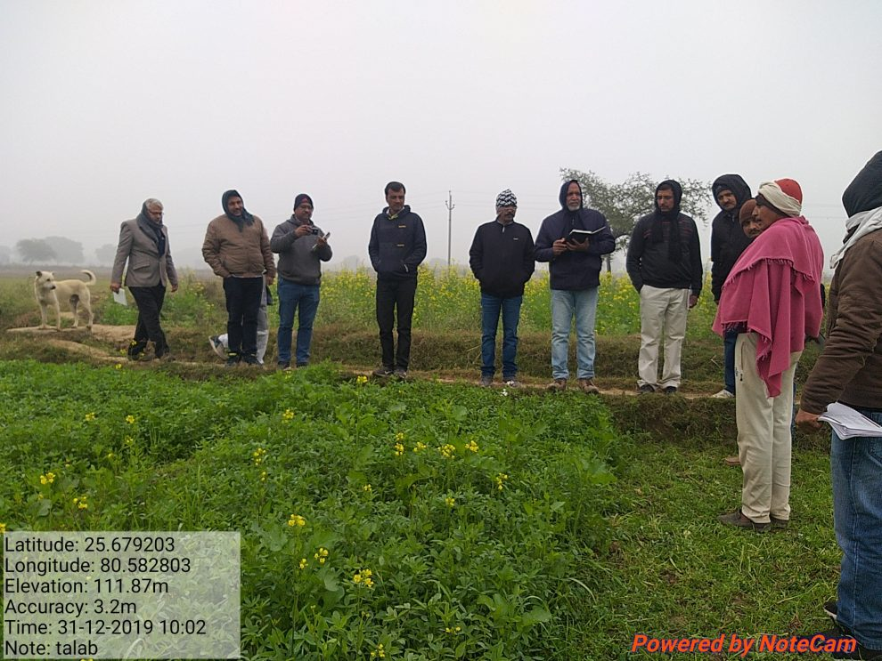 Experts from BHU, Varanasi, interact with farmer about Berseem fodder ©ICRISAT