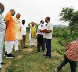 The minister's field visit to a Haveli in Chitrakoot project site.